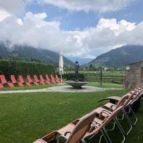 Liegewiese Hotel Waidachhof mit Liegestühlen