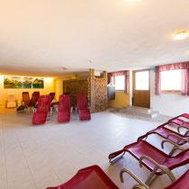 Ruheraum im Hotel Waidachhof mit Liegestühlen