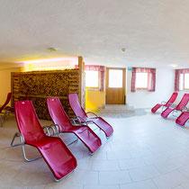 Ruheraum Hotel Waidachhof mit Liegestühlen