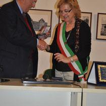 Omaggio del Sindaco di Bagnacavallo al Presidente del Valsenio Camper Club, Alberto Cervelli