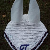 """Bonnet blanc, liseré bleu marine, """"T"""" sur la pointe, taille cheval (ref 65)"""