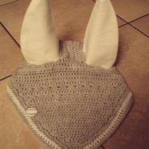 Bonnet gris liseré blanc, mailles ajourées, taille poney D (ref 63)