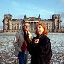 Christo und Jeanne-Claude vor dem Reichstagsgebäude in Berlin, 1993 // Foto: Wolfgang Volz