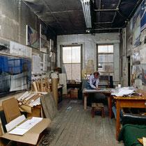 Christo in seinem Studio bei der Arbeit an einer Collage zum Verhüllten Reichstag, New York, 1994 // Foto: Wolfgang Volz