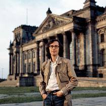 Christo vor dem Reichstagsgebäude in Berlin, 1977 // Foto: Wolfgang Volz