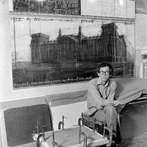 Christo in seinem Studio vor einer Entwurfszeichnung zum Verhüllten Reichstag, New York, 1984 // Foto: Wolfgang Volz