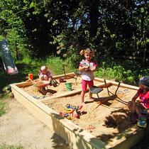 Abdeckbarer Sandplatz für unsere kleinen Gäste