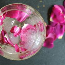 Sommerlicher Cocktail mit Rosenblüten