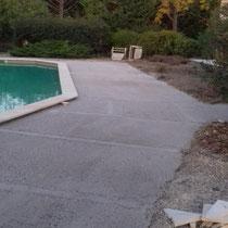 Aménagement de la terrasse autour de la piscine proche d'Anduze.