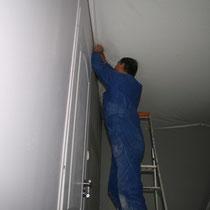 Pose d'un plafond tendu dans la chambre Parme du blockhaus de domleger N°3