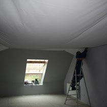 Pose d'un plafond tendu dans la chambre Parme du blockhaus de domleger N°2