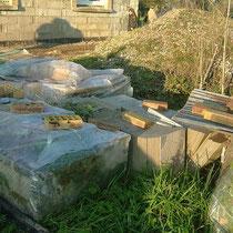 Les matériaux stockés à l'extérieur de la maison d'hôtes du blockhaus de domleger