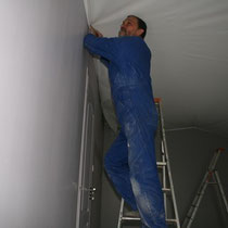 Pose d'un plafond tendu dans la chambre Parme du blockhaus de domleger