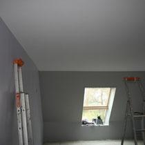Pose d'un plafond tendu dans la chambre Parme du blockhaus de domleger N°5
