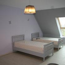 les deux lits simples de la chambre d'hôtes du blockhaus de domleger