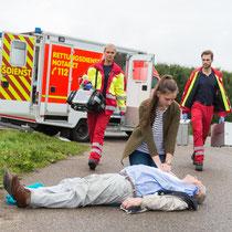 ERSTE HILFE Lehrgang bei LEDERER_training | Auffinden einer Person / Bild 3 mit RTW (Rettungswagen)