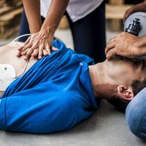 ERSTE HILFE Lehrgang bei LEDERER_training | Auffinden einer Person / Bild 4 Herzdruckmassage und Beatmung