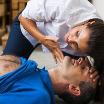 ERSTE HILFE Lehrgang bei LEDERER_training | Auffinden einer Person / Bild 2