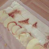 ... und gehobelten Apfelscheiben belegt...