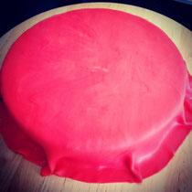 Die rote Tischdecke auf dem Kuchen.