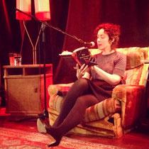 Joanna Rakoff liest und erzählt voller Charme und mit leuchtenden Augen aus ihrem Buch.