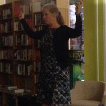 Isabel erklärt bei ihrer Lesung wie man in einem Rhönrad steht.