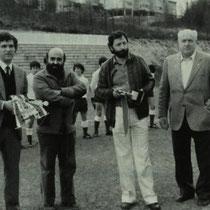 Ángel María Villar, junto al presidente de la Federación Guipuzcoana, Pablo Gorostiaga, alcalde de Llodio y José María Urquijo, antes del inicio del partido entre las selecciones infantiles de Vizcaya y Guipúzcoa jugado en Ellakuri en abril de 1982.