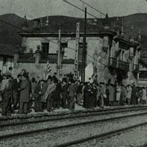 La afición del Villosa espera impaciente la llegada del tren a la estación de Llodio para partir hacia Barakaldo. Febrero de 1967.