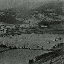 Primer partido en el campo de fútbol de Maderas, entre viejas glorias y jóvenes.