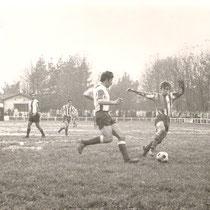 Partido correspondiente a la temporada 1971-72 entre el Villosa y la Ponferradina disputado en Altzarrate, con Dueñas en primer plano.