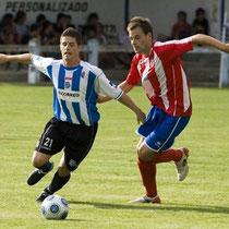 Iosu Etxebarria pugna con Indiano, en un amistoso de pretemporada de 2010 entre el Alavés y el Laudio.
