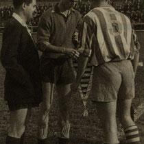 Intercambio de banderines entre los capitanes del Villosa y el Baracaldo, en la temporada 1957-58.