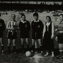 Partido entre las viejas glorias del Athletic y el Racing de Santander, jugado en Ellakuri en mayo de 1988. En la imagen, Urizar Azpitarte como árbitro y un joven Iturralde González como asistente.
