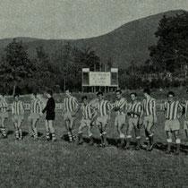 Los jugadores del Villosa y el Alavés forman antes de un amistoso de pretemporada en Altzarrate. Agosto de 1966.