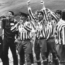 Celebración sobre el campo del ascenso a Preferente, en la temporada 1992-93, con unos jóvenes Kali Garrido y Eguiluz al frente.
