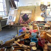 Pigmente und Pinsel und Butangasbrenner und Architekten Zeichentisch