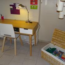 le bureau et la malle de jeux