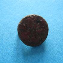 zellenschmelz schijffibula kruisvorm met rode glaspasta (8e/9e eeuw)