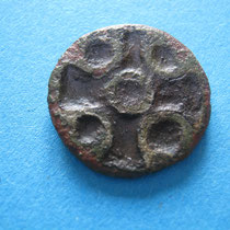 grubenschmelzfibula met kruis(met glaspasta) (9e eeuw)