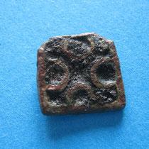 rechthoekige schijfibula kruisvorm met zwarte glaspasta(9e eeuw)