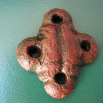 riemverdeler of beslag in kruisvorm met afbeelding van 2 vogels(mogelijk 2 raven Hugin en Munin) (vroeg middeleeuws, karolingisch of viking)