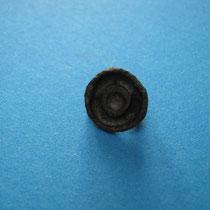 schijffibula ( ook wel kinderfibula genoemd vanwege kleine afmeting. Gevuld met glaspasta(10e/11e eeuw)