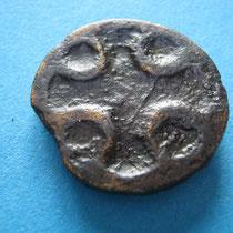 grubenschmelzfibula met kruis(oorspronkelijk gevud met glaspasta) (9e eeuw)