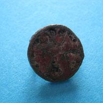 zellenschelz schijffibula kruisvorm met rode glaspasta( 8e/9e eeuw)
