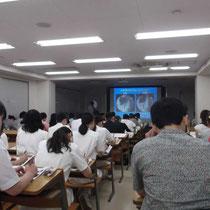 大野木先生による大教室での講演会の様子