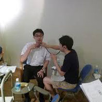 大野木先生が喉頭の位置を指導する様子