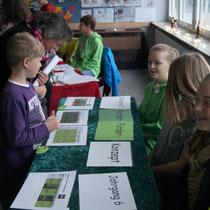 Die SchülerInnen der Klasse 6f päsentieren ihre SegeL-Ordner
