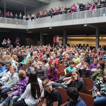 Ein volle Aula in der Realschule