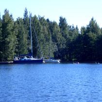 Sie werden weitgehend alleine auf dem großen See sein und nur ab und zu andere Boote treffen. Hier eine Anlegestelle für Segelboote auf einer größeren Insel des Archipels.