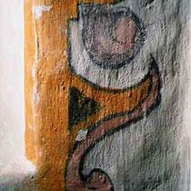Chorraum, Fenster, Aufnahme Detail der originalen Ornamentik um das Fenster nach der Freilegung